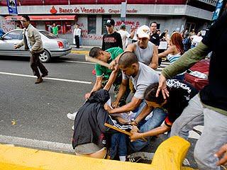 Periodistas_agredidos_cadena_con_palos_piedras_y_metras