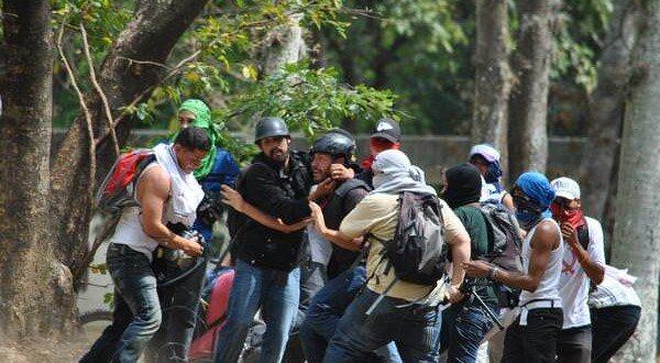 Momento_en_el_que_colectivos_despojan_de_su_equipo_al_periodista_Leonardo_Rodrguez_de_ElNacionalWeb_en_la_UCV