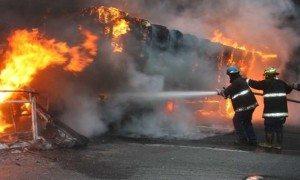 Gandola-con-papel-prensa-se-incendi--en-la-Caracas--La-Guaira