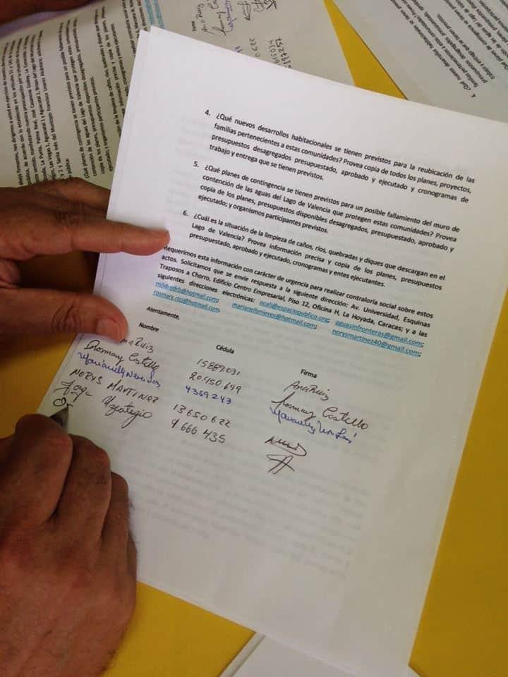 Participantes firman una solicitud de información pública. Foro referencial Espacio Público.