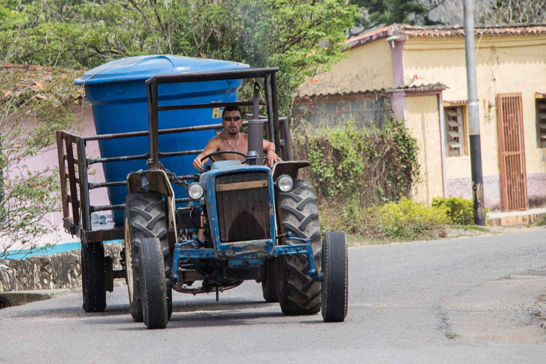 Con este tractor y el tanque lleno de agua le suministran el agua a algunas casas. Foto: Angeliana Escalona/Crónica Uno.