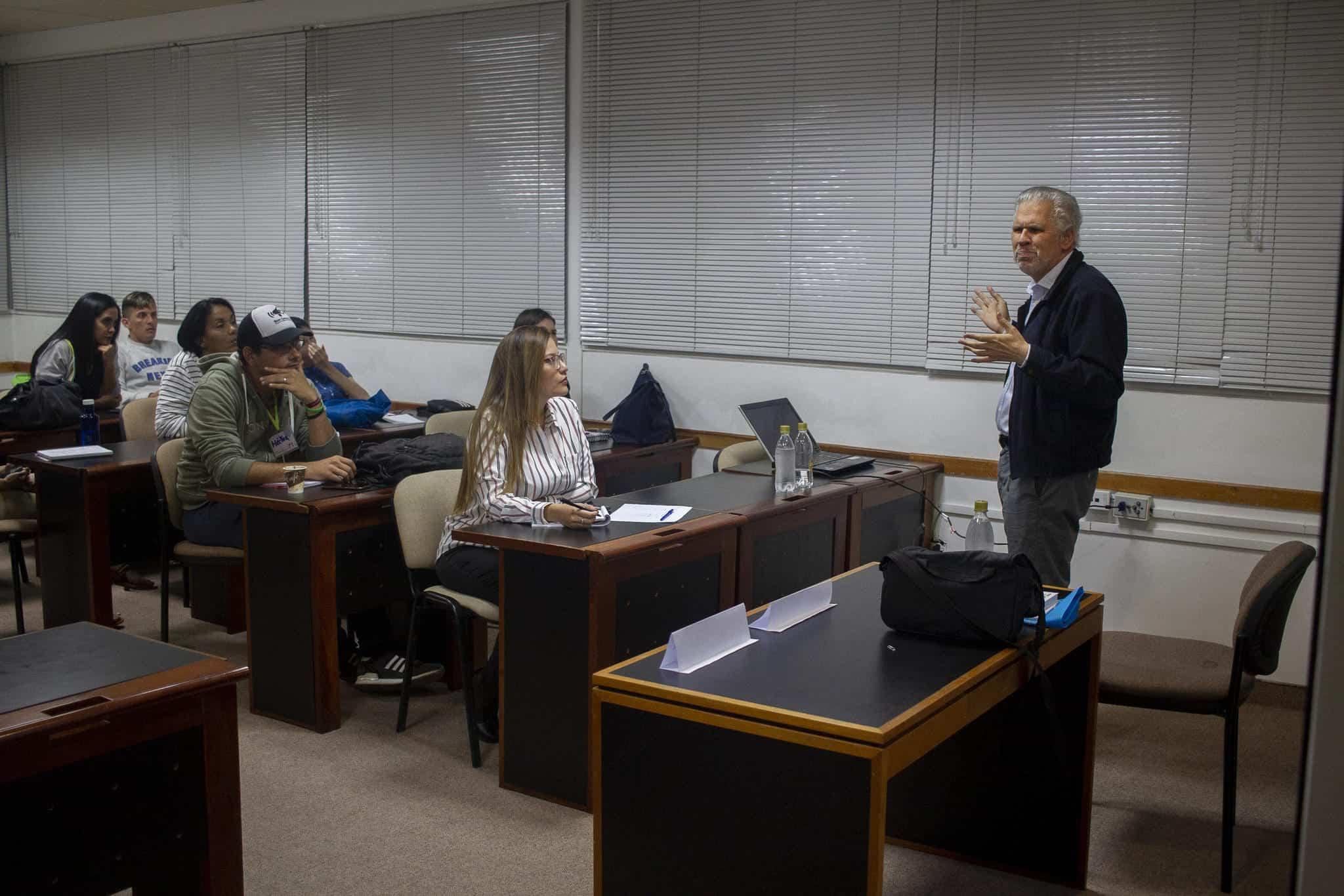 Álvarez en la mesa de trabajo sobre cobertura responsable de la fuente ambiente