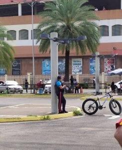 Policía que intimidó